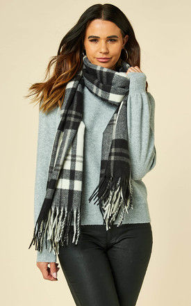 Fringed scarf in Black and White Check by VILA